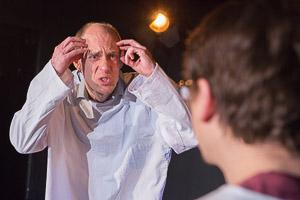 Szenenfoto Die Physiker: Olaf Gottschalk als Möbius, Alexander Merola als Newton (vorne v.l.n.r.) (Bild ist © Copyright by Andreas Prott)