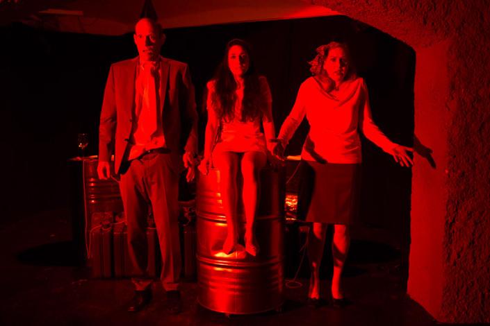Biedermann und die Brandstifter: Gottlieb (Olaf Gottschalk) und Babette (Sylvia Haas) Biedermann mit dem Dienstmädchen Anna (Mitte: Şahika Tetik)